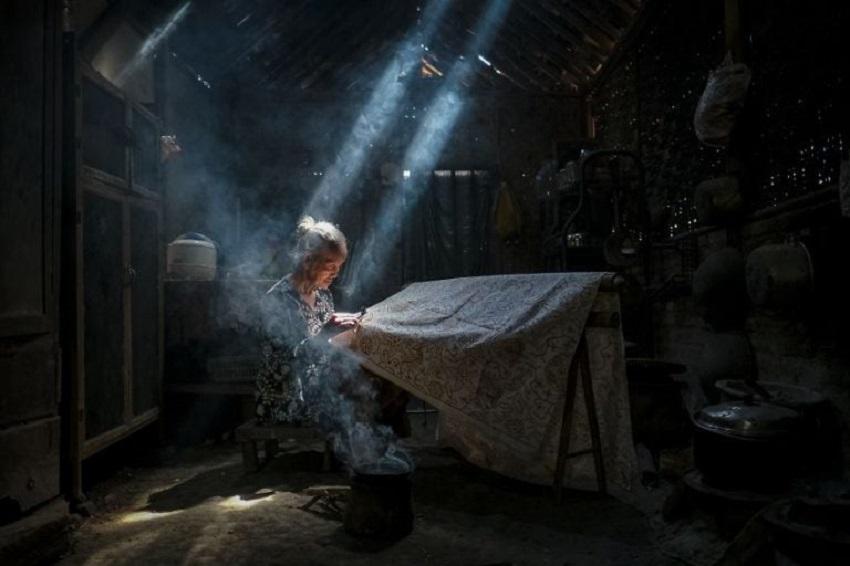 Under The Light Making Batik Crafts by Bimo Pradityo